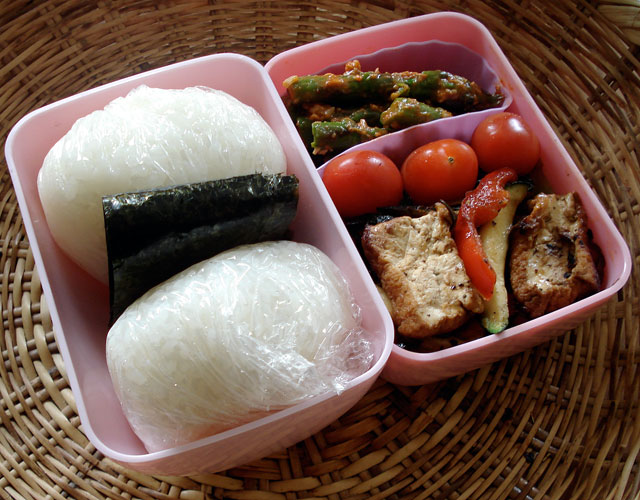 bento no 37 onigiri bento box in action salmon onigiri and vegetables just bento. Black Bedroom Furniture Sets. Home Design Ideas